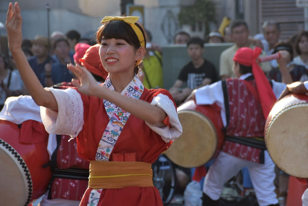 メインストリートで喝采を浴びた「桜風エイサー琉球風車」