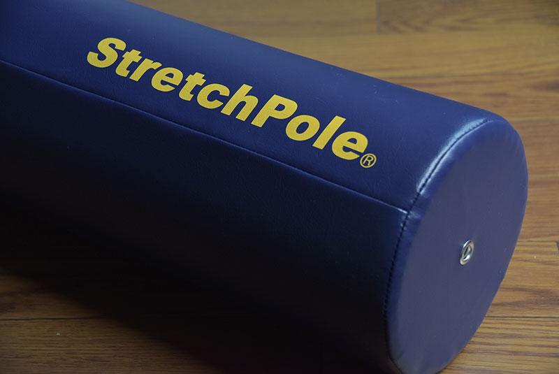 ストレッチポールを使って下半身のストレッチを開始。